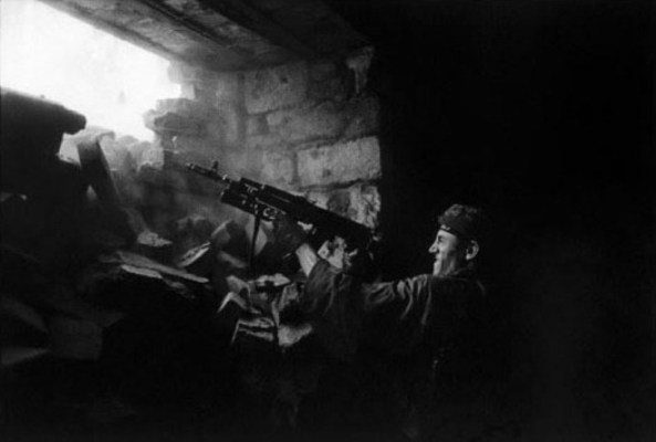 "Иллюстрация. Название: ""Chechen rebel fighting along the front line against the Russian army"". Автор: James Nachtwey. Источник: http://jamesnachtwey.com/"