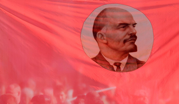 Иллюстрация. Название: «A flag displaying Vladimir Lenin at a rally in Stavropol». Автор: Eduard Korniyenko/Reuters. Источник: http://www.nationalreview.com/article/453469/russian-revolution-  centenary-100-years-communist-hell